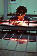 DAEWOO research center at INCHON: lasers.  Centre de recherche DAEWOO a INCHON~ lasers. ///R27/9    L2573  /  R00027  /  P0003472