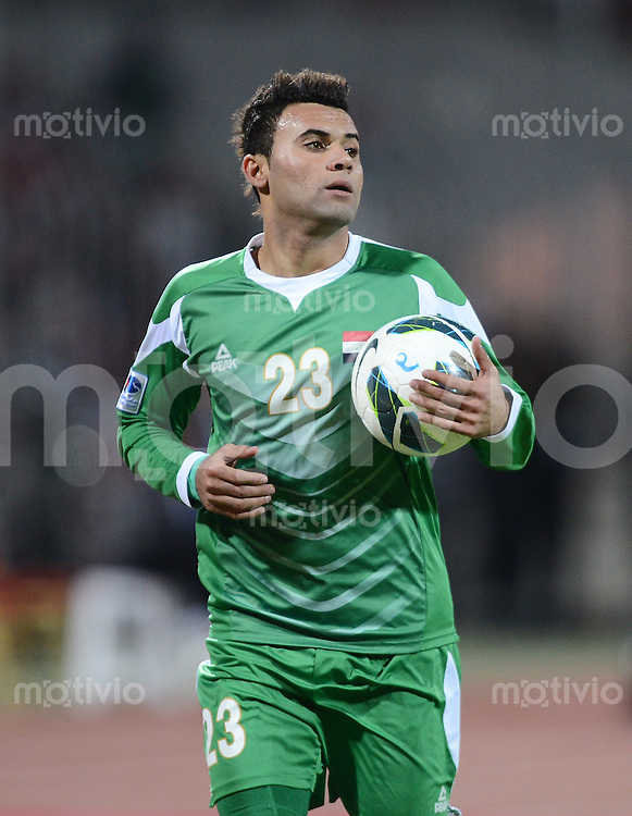 Fussball International Gulf Cup 2013 in Bahrain    Halbfinale     15.01.2013 Irak - Bahrain         Waleed Salim Al Lami (Irak) mit Ball