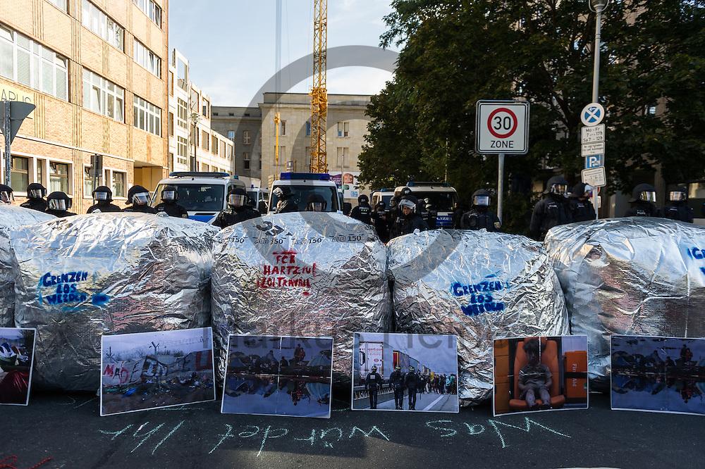 Aluminium Ballons die als Barrikade eingesetzt werden blockieren während der 1. Welle der Blockupy Proteste am 02.09.2016 in Berlin, Deutschland die Zufahrt zu dem Ministerium. Das Bündnis versuchte das Ministerium für Arbeit und Soziales zu blockieren um gegen die Politik der Verarmung, Ausgrenzung und sozialen Spaltung zu protestieren. Foto: Markus Heine / heineimaging