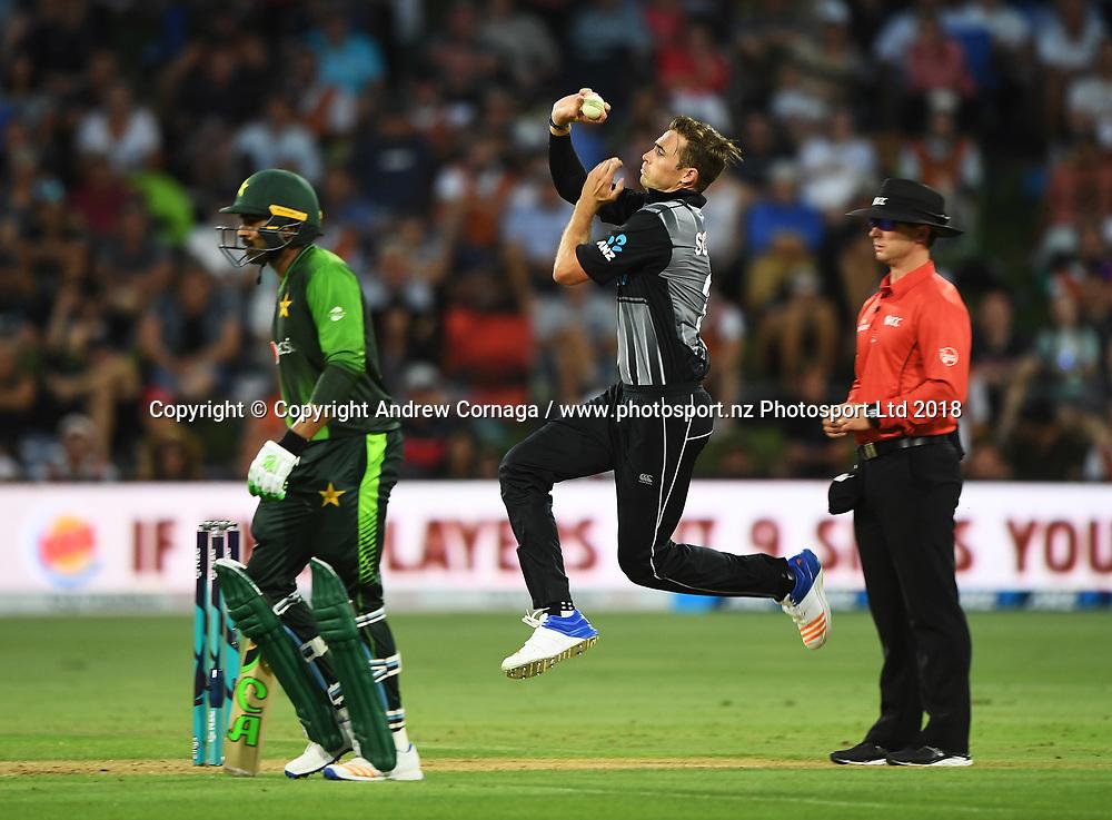 Tim Southee bowling.<br /> Pakistan tour of New Zealand. T20 Series. 3rd Twenty20 international cricket match, Bay Oval, Mt Maunganui, New Zealand. Sunday 28 January 2018. &copy; Copyright Photo: Andrew Cornaga / www.Photosport.nz