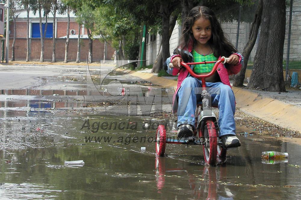 Toluca, M&eacute;x.- Un ni&ntilde;a pasa con su bicicleta en medio de los encharcamientos provocados por las lluvias que han caido en el valle de Toluca. Agencia MVT / Mario V&aacute;zquez de la Torre. (DIGITAL)<br /> <br /> NO ARCHIVAR - NO ARCHIVE