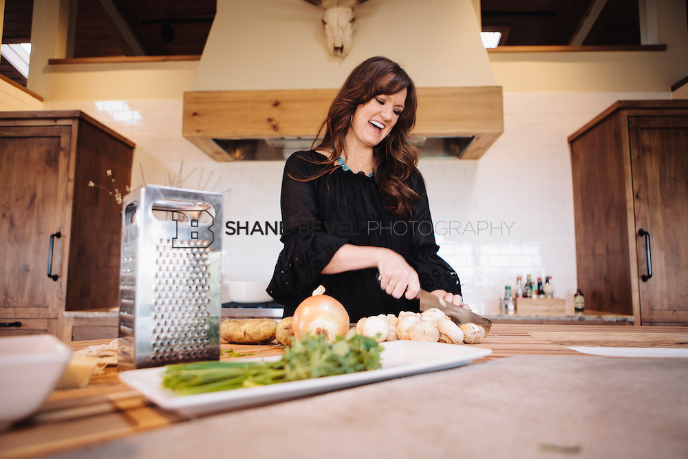 9/15/09 5:43:21 PM -- Ree Drummond, The Pioneer Woman, works in the kitchen in the lodge near her home on the Drummond Ranch near Pawhuska, Okla. ..Photo by Shane Bevel