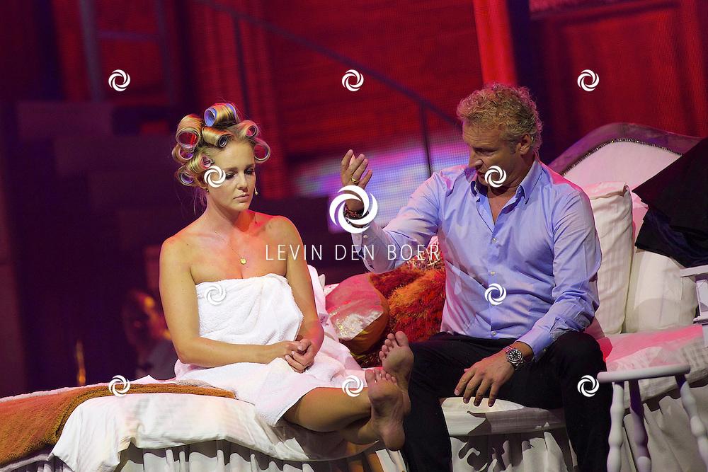 HILVERSUM - In Studio 21 is de jaarlijkse perspresentatie gehouden van RTL Nederland. Met hier op de foto  Chantal Janzen in een handdoek op bed met Erland Galjaard. FOTO LEVIN DEN BOER - KWALITEITFOTO.NL