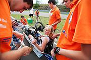 Christien Veelenturf stapt in de VeloX IV voor de uurrecordpoging voor vrouwen, dat met 84 km/h in handen is van Barbara Buatois. Veelenturf moet later de poging afbreken door technische problemen. Het Human Power Team Delft en Amsterdam (HPT), dat bestaat uit studenten van de TU Delft en de VU Amsterdam, is in Duitsland voor een poging het uurrecord te verbreken op de Dekrabaan. In september wil het HPT daarna een poging doen het wereldrecord snelfietsen te verbreken, dat nu op 133 km/h staat tijdens de World Human Powered Speed Challenge.<br /> <br /> Christien Veelenturf is riding her attempt to break the world hour record for women, currently hold by Barbara Buatois with 84 km/h. Veelenturf has to stop the attempt due to technical problems. With the special recumbent bike the Human Power Team Delft and Amsterdam, consisting of students of the TU Delft and the VU Amsterdam, is in Germany for the attempt to set a new hour record on a bicycle. They also wants to set a new world record cycling in September at the World Human Powered Speed Challenge. The current speed record is 133 km/h.