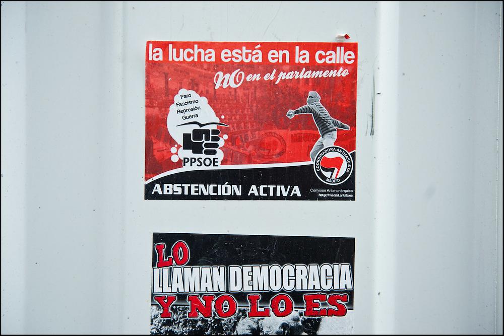 """Des affichettes aux abords de la place Puerta Del Sol.// Le mouvement spontane du """"15 M"""" (15 mai) compose de citoyens espagnols campe depuis 2 semaines sur la place Puerta Del Sol avec pour revendication la construction d'une democratie nouvelle. Organise en commission les citoyens prennent la parole lors d'assemblee ouverte a tous - Place Puerta Del Sol à Madrid le Juin 2011. ©Benjamin Girette/IP3Press"""
