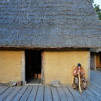 Il capo villaggio suona il corno davani alla sua Palafitta