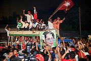 Élections du 1 avril 2012 au Myanmar (Birmanie). Les Birmans envahissent les rue et accueillent dans l'allégresse  la victoire du parti d'Aung San Suu Kyi.