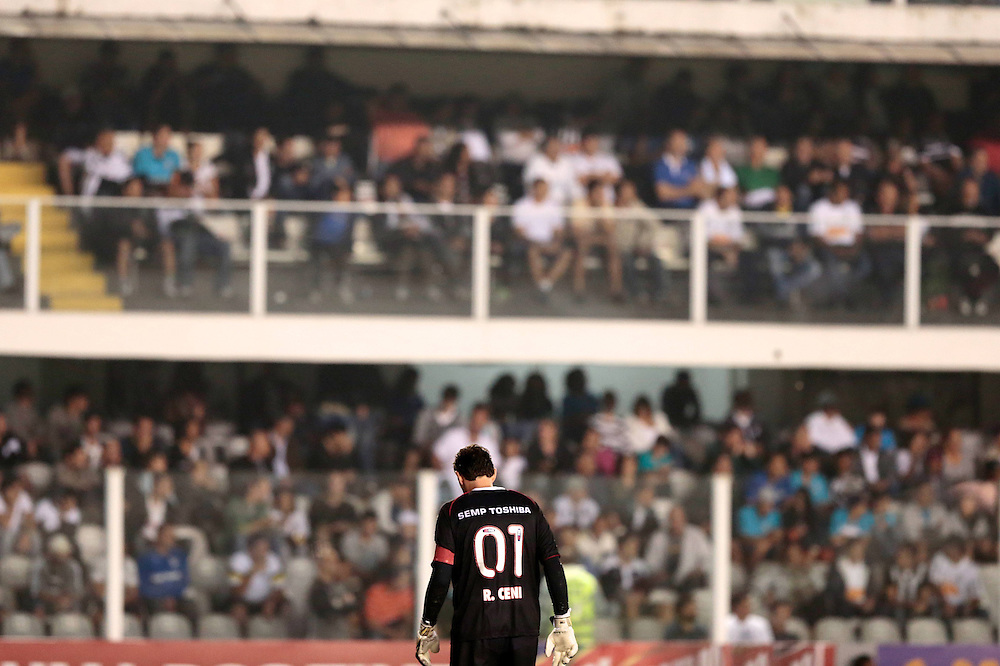 SANTOS X S&atilde;o Paulo - CAMPEONATO BRASILEIRO - 02/10/2013<br /> ESPORTE -  Rog&eacute;rio Ceni durante jogo entre Santos e S&atilde;o Paulo, v&aacute;lido pela 25&ordf; rodada do Campeonato Brasileiro de 2013, realizado no est&aacute;dio da Vila Belmiro, na cidade de Santos. FOTO: DANIEL GUIMAR&Atilde;ES/FRAME