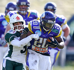 17.05.2015, Hohe Warte, Wien, AUT, BIG6, AFC Vienna Vikings vs Schwaebisch Hall Unicorns, im Bild Nathaniel Morris (Schwaebisch Hall Unicorns, #3) und Islaam Amadu (AFC Vienna Vikings, RB, #20) // during the BIG6 game between AFC Vienna Vikings vs Schwaebisch Hall Unicorns at the Hohe Warte, Wien, Austria on 2015/05/17. EXPA Pictures © 2015, PhotoCredit: EXPA/ Thomas Haumer