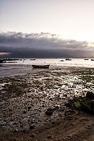 Praia do Ribeirão da Ilha com maré baixa ao anoitecer. Florianópolis, Santa Catarina, Brasil. / Ribeirao da Ilha Beach at low tide at evening. Florianopolis, Santa Catarina, Brazil.