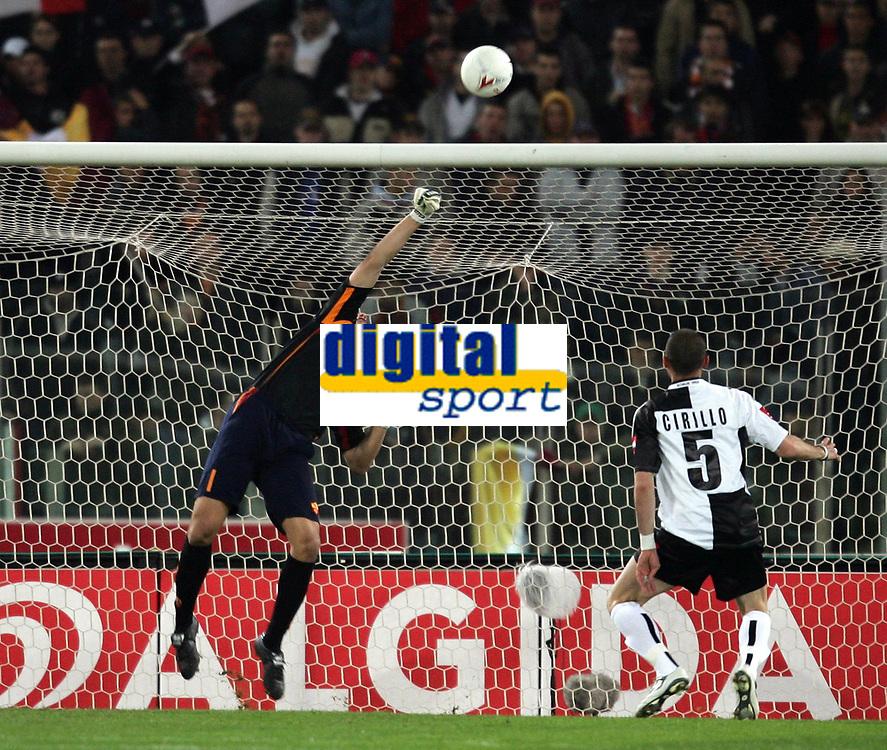 Fotball<br /> Serie A Italia 2004/05<br /> Roma v Siena<br /> 20. april 2005<br /> Foto: Digitalsport<br /> NORWAY ONLY<br /> una parata decisiva di curci