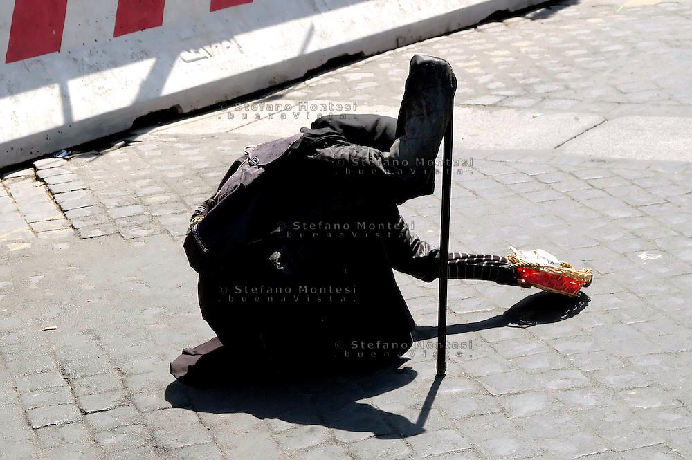 Roma 25 Aprile 2008.Una donna Rom chiede l'elemosina a Piazza Venezia..Rom a woman asks for alms on Piazza Venezia.