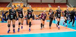 02-10-2016 NED: Supercup VC Sneek - Eurosped, Doetinchem<br /> Eurosped wint de Supercup door Sneek met 3-0 te verslaan / Vreugde bij Eurosped dat het publiek bedankt