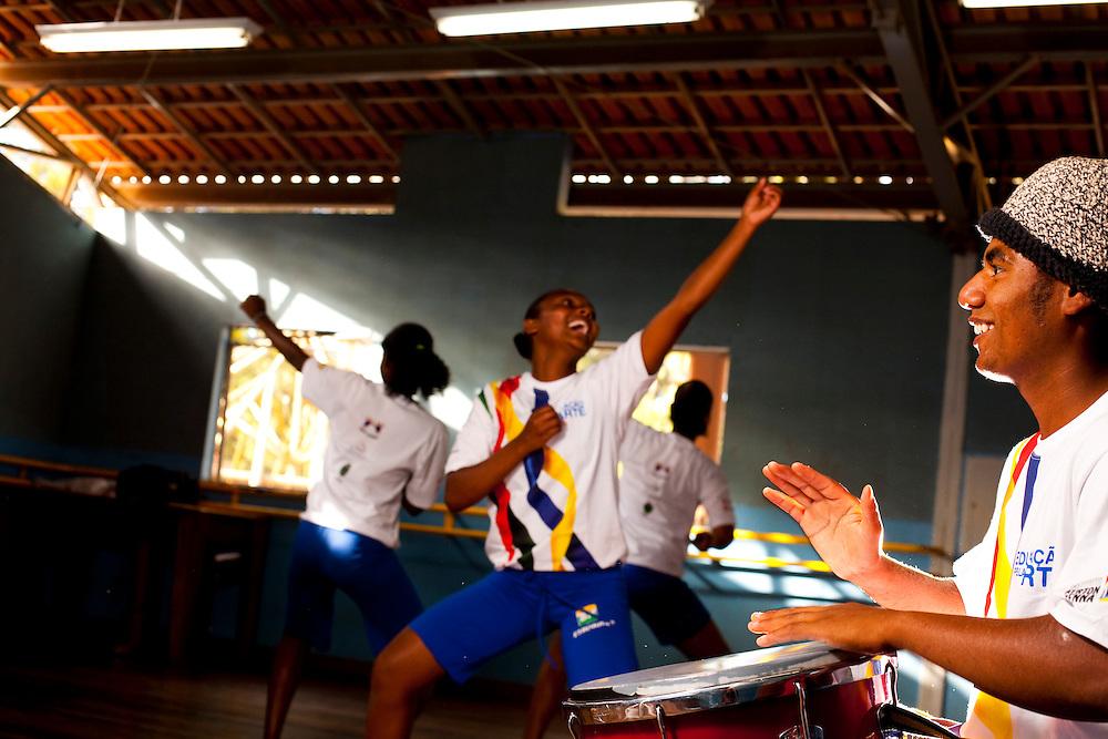 Belo Horizonte_MG, Brasil...Projeto Querubins, um dos projetos de Educacao pela Arte apoiado pelo Instituto Ayrton Senna. Na foto, oficina de percussao, durante aula de danca-afro...Querubins project, a education through Art project, maintained by the Ayrton Senna Institute. In the photo, the percussion workshop in the class  of african-dance...Foto: LEO DRUMOND / NITRO