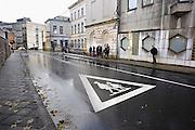 Belgie, Arlon, 20-10-2010Staarbeeld in deze stad in de belgische ardennen, provincie luxemburg, luxembourg. Scholieren wachten op de bus bij een bushalte naast hun school.Foto: Flip Franssen/Hollandse Hoogte