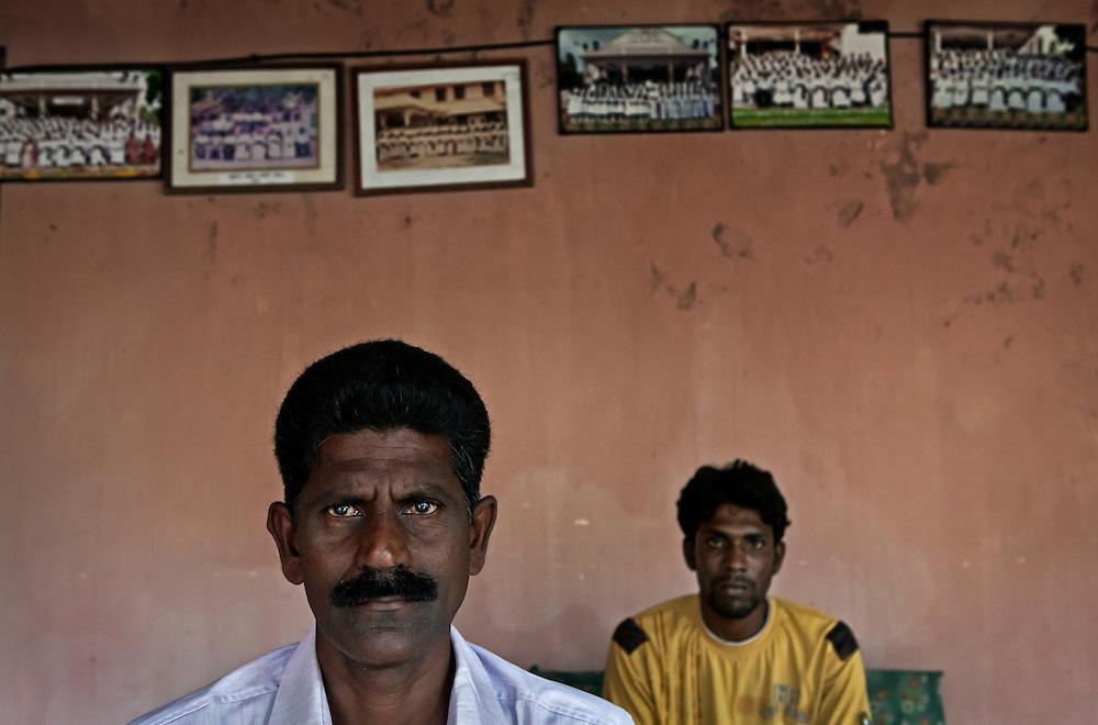20110302 Vankalai, Sri Lanka. Två fiskare i Vankalai som vill vara anonyma. De måste söka tillstånd hos flottan för att få tillgång till sina båtar och fiskevatten. Foto: Markus Marcetic