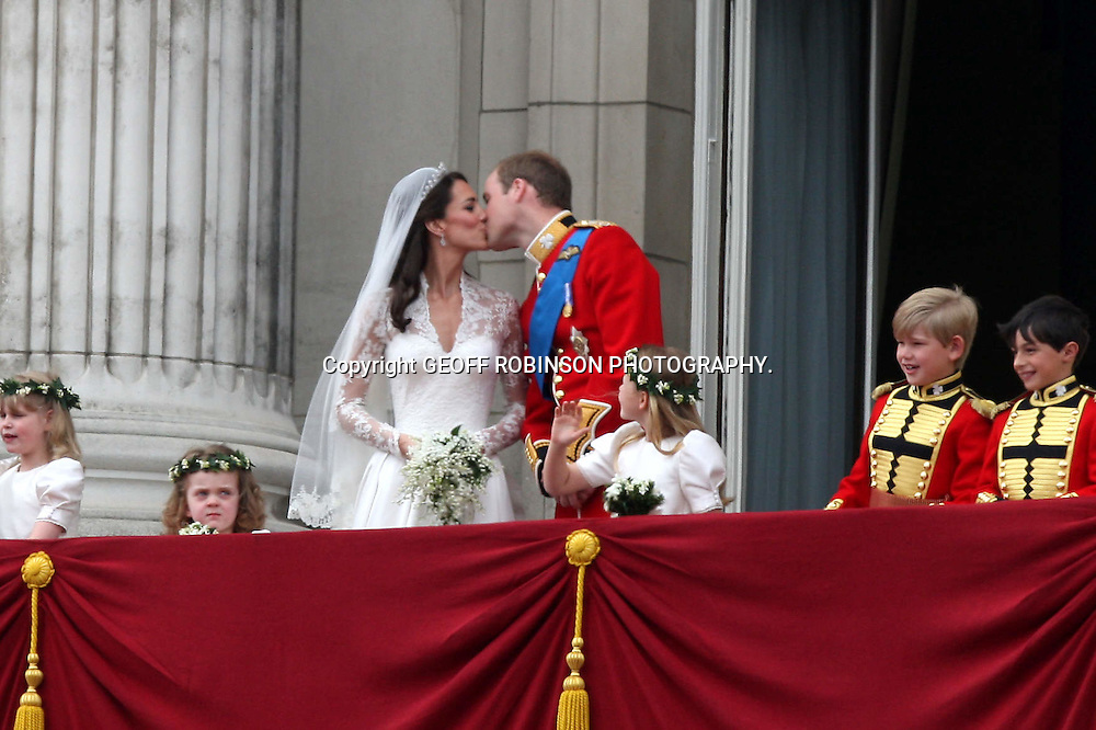 PIC SHOWS THE BALCONY SCENE AT BUCKINGHAM PALACE WITH KATE MIDDLETON AND PRINCE WILLIAM AFTER THEY WERE MARRIED..
