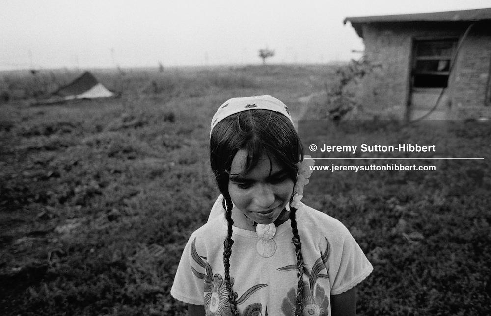 SINTESTI, ROMANIA,1994..©JEREMY SUTTON-HIBBERT 2000..