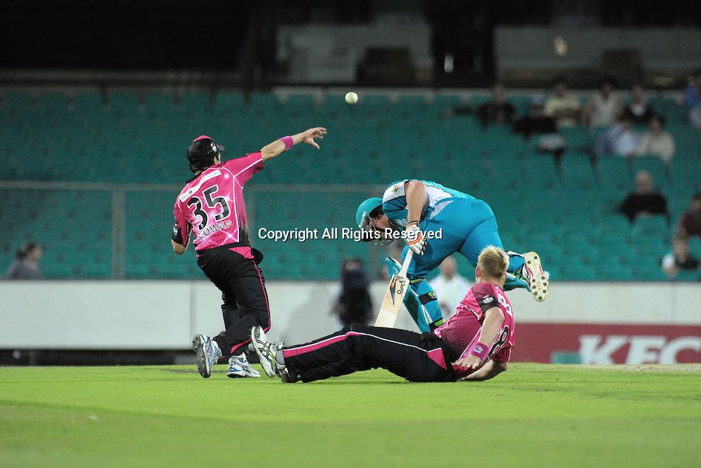 16.12.2011 Sydney, Australia. Sydney Sixers paceman Brett Lee runs some interference during the KFC T20 Big Bash League game between Sydney Sixers and Brisbane Heat at the Sydney Cricket Ground.