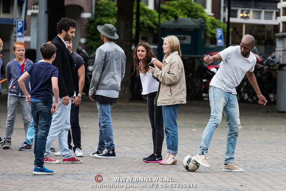 NLD/Amstedam//20140531 - Acteur Geza Weisz aan het buitenspelen op een pleintje in Amsterdam