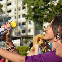 Visitantes en la Plaza Francia (Plaza Altamira) dsifrutando la fiesta de Carnaval. Municipio Chacao, Venezuela. Caracas, 21 de Febrero del 2012. (Jimmy Villalta / Orinoquiaphoto)