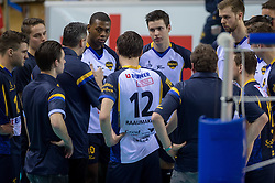 20-02-2015 NED: Landstede Volleybal - Peelpush, Almere<br /> Landstede verslaat in de halve finale Peelpush met 3-0 / Time Out Coach Guido Gortzen of Peelpush, Dursley Rimon #10 of Peelpush