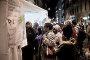 ROMA. CITTADINI STRANIERI IN FILA AL SEGGIO ELETTORALE DI VIA DEL CORSO A ROMA IN OCCASIONE DELLE VOTAZIONI PRIMARIE DEL PARTITO DEMOCRATICO