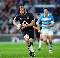 Chris Robshaw of England goes on the attack - Mandatory byline: Patrick Khachfe/JMP - 07966 386802 - 26/11/2016 - RUGBY UNION - Twickenham Stadium - London, England - England v Argentina - Old Mutual Wealth Series.