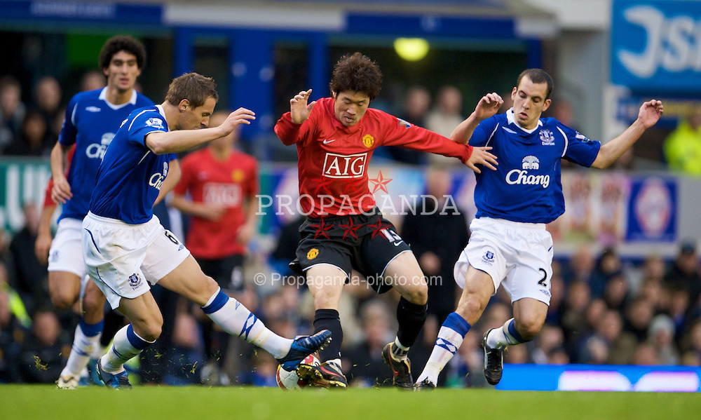 LIVERPOOL, ENGLAND - Saturday, October 25, 2008: Everton's Phil Jagielka and Leon Osman tackle Manchester United's Ji-Sung Park during the Premiership match at Goodison Park. (Photo by David Rawcliffe/Propaganda)