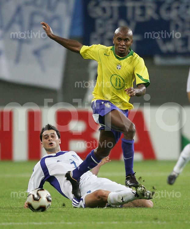 Fussball International FIFA Confederations Cup 2005 Brasilien-Griechenland in Leipzig Ze Roberto (BRA vorne) gegen Loukas Vyntra (GRE)