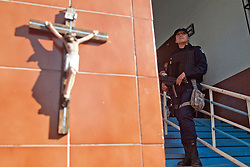 Un crocifisso nella piazza di Los Reyes. Una donna poliziotto è stata assassinata in quel punto quando, a luglio, l'autodifesa ha provato ad entrare disarmata a Los Reyes. I templari hanno sparato sulla folla.