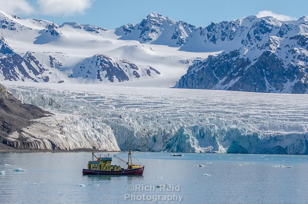 Tidewater glacier in Fordtende Julibuhkta, a fjord offshoot of Krossfjorden on Spitsbergen in the Svalbard archipeligo, Norway.
