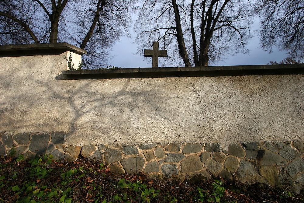 Domazlice/Tschechische Republik, CZE, 13.12.06: Friedhofsmauer der westb&ouml;hmischen Stadt Domazlice.<br /> <br /> Domazlice/Czech Republic, CZE, 13.12.06: Cemetary wall at the West Bohemia city Domazlice.
