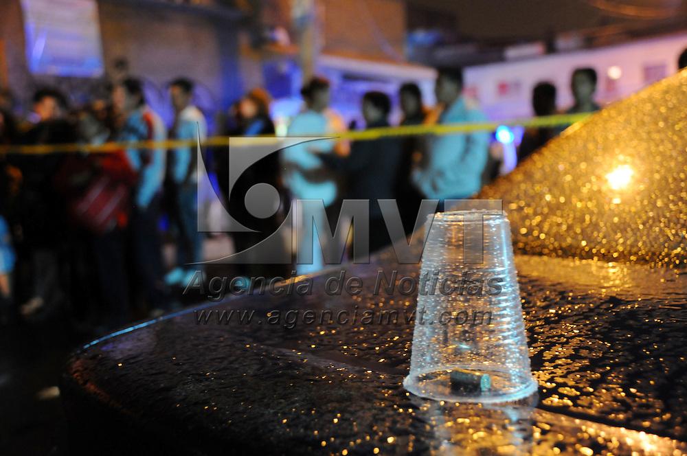 NEZAHUALCOYOTL, México.- Tres jovenes fueron ejecutados, uno de ellos murio en el lugar y los otros dos en el hospital, cuando cuatro hombres dispararon contra ellos en la calle de Hacienda Apasco esquina Hacienda de la Noria de la colonia Impulsora. Agencia MVT / Juan Garcia. (DIGITAL)