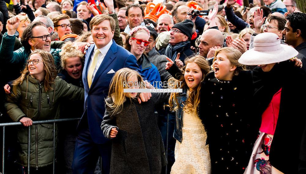 27-4-2016 ZWOLLE - Nederland, Zwolle, 27-04-2016 Koningsdag 2016 Zwolle Koning Willem-Alexander begeeft zich onder de mensen bij de afsluiting van Koningsdag 2016 in Zwolle. Matthijs Aarten en zijn dochter Emma zijn de gelukkigen Kingday in Zwolle , King Willem-Alexander, Queen Maxima, Princess Amalia, Princess Alexia and Princess Ariane is April 27, 2016 attended the celebration of King's Day in the town of Zwolle, in the province of Overijssel. Prince Constantijn and Princess Laurentien, Prince Maurits and Princess Marilène, Prince Bernhard and Princess Annette, Prince Pieter-Christiaan and Princess Anita and Prince Floris and Princess Aimée are also provided at Kingday in Zwolle. COPYRIGHT ROBIN UTRECHT 27-4-2016 ZWOLLE - Koningsdag in Zwolle Koning Willem-Alexander, Koningin Maxima, Prinses Amalia , Prinses Ariane en prinses Alexia zijn 27 april 2016 aanwezig bij de viering van Koningsdag in de gemeente Zwolle, in de provincie Overijssel. Prins Constantijn en Prinses Laurentien, Prins Maurits en Prinses Marilène, Prins Bernhard en Prinses Annette, Prins Pieter-Christiaan en Prinses Anita én Prins Floris en Prinses Aimée zijn ook aanwezig bij Koningsdag in Zwolle. COPYRIGHT ROBIN UTRECHT