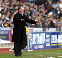 Photo: Chris Ratcliffe.<br />Coventry City v Middlesbrough. The FA Cup. 28/01/2006.<br />Steve McLaren tries to calm Boro down.
