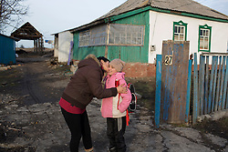 Ukraina<br /> Violetta 12, bor i byn Nikishino i republiken Donetsk. Hennes hus, by och skola har blivit sönderbombade av granater. Hennes mamma Tatyana gråter över situationen.<br /> Photo: Niclas Hammarström