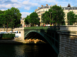 FRANCE PARIS 27JUL07 - General view of Pont de Sully linking the Ile St. Louis with Marais across the Seine river in the centre of Paris.. . jre/Photo by Jiri Rezac. . © Jiri Rezac 2007. . Contact: +44 (0) 7050 110 417. Mobile:  +44 (0) 7801 337 683. Office:  +44 (0) 20 8968 9635. . Email:   jiri@jirirezac.com. Web:    www.jirirezac.com. . © All images Jiri Rezac 2007 - All rights reserved.