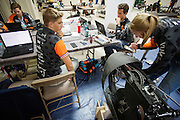 Teamleden werken aan de VeloX 6 tijdens de derde dag van de races. Het Human Power Team Delft en Amsterdam (HPT), dat bestaat uit studenten van de TU Delft en de VU Amsterdam, is in Amerika om te proberen het record snelfietsen te verbreken. In Battle Mountain (Nevada) wordt ieder jaar de World Human Powered Speed Challenge gehouden. Tijdens deze wedstrijd wordt geprobeerd zo hard mogelijk te fietsen op pure menskracht. Het huidige record staat sinds 2015 op naam van de Canadees Todd Reichert die 139,45 km/h reed. De deelnemers bestaan zowel uit teams van universiteiten als uit hobbyisten. Met de gestroomlijnde fietsen willen ze laten zien wat mogelijk is met menskracht. De speciale ligfietsen kunnen gezien worden als de Formule 1 van het fietsen. De kennis die wordt opgedaan wordt ook gebruikt om duurzaam vervoer verder te ontwikkelen.<br /> <br /> The Human Power Team Delft and Amsterdam, a team by students of the TU Delft and the VU Amsterdam, is in America to set a new world record speed cycling.In Battle Mountain (Nevada) each year the World Human Powered Speed Challenge is held. During this race they try to ride on pure manpower as hard as possible. Since 2015 the Canadian Todd Reichert is record holder with a speed of 136,45 km/h. The participants consist of both teams from universities and from hobbyists. With the sleek bikes they want to show what is possible with human power. The special recumbent bicycles can be seen as the Formula 1 of the bicycle. The knowledge gained is also used to develop sustainable transport.