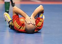Fussball  International  FIFA  FUTSAL WM 2008   03.10.2008 Vorrunde Gruppe D Libya - Spain Lybien - Spanien JAVI RODRIGUEZ (ESP) liegt verletzt am Boden.