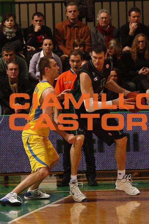 DESCRIZIONE : Siena Eurolega 2009-10 Top 16  Montepaschi Siena Maccabi Electra Tel Aviv<br /> GIOCATORE : Ksistof Lavrinovic<br /> SQUADRA : Montepaschi Siena<br /> EVENTO : Eurolega 2009-2010<br /> GARA : Montepaschi Siena Maccabi Electra Tel Aviv<br /> DATA : 28/01/2010 <br /> CATEGORIA : palleggio<br /> SPORT : Pallacanestro <br /> AUTORE : Agenzia Ciamillo-Castoria/P.Lazzeroni<br /> Galleria : Eurolega 2009-2010 <br /> Fotonotizia : Siena Eurolega 2009-10 Top 16 Montepaschi Siena Maccabi Electra Tel Aviv<br /> Predefinita :
