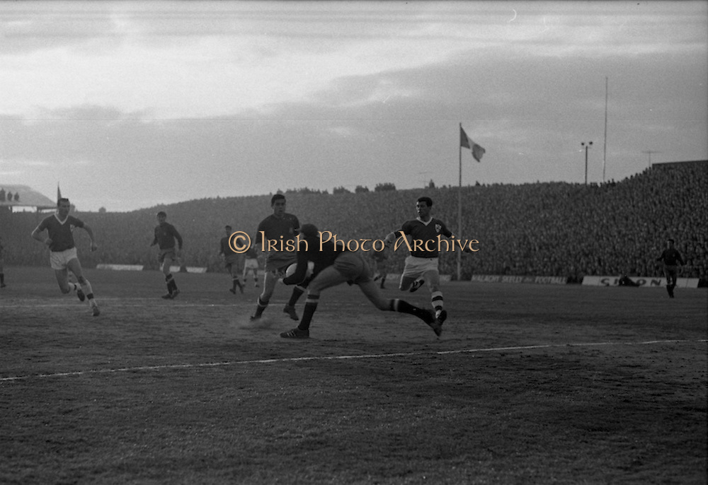 05/05/1965<br /> 05/05/1965<br /> 05 May 1965<br /> Ireland v Spain, World Cup Qualifier at Dalymount Park, Dublin. Spanish keeper Jose Iribar gathers the ball. Ireland won the game 1-0.