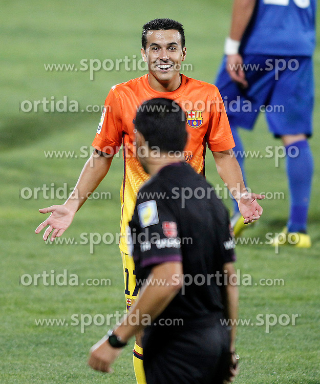 15.09.2012, Coliseum Alfonso Perez, Getafe, ESP, Primera Division, FC Getafe vs FC Barcelona, 04. Runde, im Bild FC Barcelona's Pedro Rodriguez (f) with the referee Fernando Teixeira Vitienes // during the Spanish Primera Division 04th round match between Getafe CF and Barcelona FC at the Coliseum Alfonso Perez, Getafe, Spain on 2012/09/15. EXPA Pictures © 2012, PhotoCredit: EXPA/ Alterphotos/ Acero..***** ATTENTION - OUT OF ESP and SUI *****