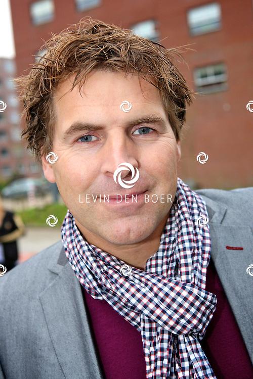 NIEUWEGEIN - Op maandag 17 oktober presenteren de samenwerkende supermarkten EMTE, Coop, Hoogvliet, Deen, Poiesz, Boni, JanLinders, Spar, DekaMarkt en Golff en A‐merk fabrikanten Douwe Egberts, Unilever, Verkade, Heinz, Kimberly-Clark, Friesland Campina, Nutricia en Leaf een primeur met de lancering van de Anubis Reality Cards Spaaractie.  Met op de foto nos verslaggever Toine van Peperstraten. FOTO LEVIN DEN BOER - PERSFOTO.NU