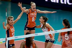 02-10-2014 ITA: World Championship Volleyball Nederland - Brazilie, Verona<br /> Nederland pakt de eerste set tegen Brazilie / Manon Flier, Judith Pietersen, Myrthe Schoot