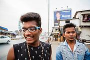 """Tjugoårige Vinayar Dimble i Mumbai blev en gång övertalad av vänner att testa den mest populära blekningskrämen Fair & Lovely. """"De sa till mig att jag skulle få ljusare hy. Men jag fick problem. Jag fick mycket akne. Så jag har inte använt det efter det."""" Han studerar handel på universitet medan 21-årige kompisen Prakash Bodke läser konsthistoria. Prakash Bodke har aldrig försökt göra sin hud ljusare utan är nöjd med hur han ser ut.<br /> <br /> Vinayar Dimble till vänster och Prakash Bodke till höger."""