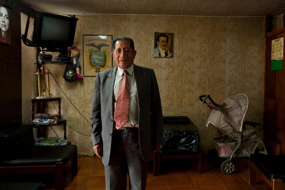 Abogados de ciudad<br /> En Quito-Ecuador los Abogados ocupan edificios construidos en los a&ntilde;os 70s, sus oficinas siguen representando esas &eacute;pocas. Los edificios Benalcazar 1000 y CCQuito son los m&aacute;s representativos. Su cercan&iacute;a a los juzgados los hizo perfectos para los Abogados que han desarrolado sus largas carreras en sus oficinas que poco han cambiado en el tiempo.<br /> <br /> En la foto, el Dr. Jorge Alberto Escobar Nieto trabaja 3 a&ntilde;os en el edificio CCQuito.