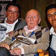 NLD/Laren/20100419 - Overhandiging boek John Kraaijkamp, John Kraaijkamp met zoon Johnnie en kleinzoon Joep