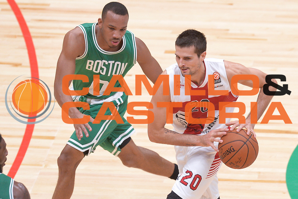 DESCRIZIONE : Milano NBA Global Games EA7 Olimpia Milano - Boston Celtics<br /> GIOCATORE : Andrea Cinciarini<br /> CATEGORIA : Tecnica curiosita<br /> SQUADRA :  Olimpia EA7 Emporio Armani Milano<br /> EVENTO : NBA Global Games 2016 <br /> GARA : NBA Global Games EA7 Olimpia Milano - Boston Celtics<br /> DATA : 06/10/2015 <br /> SPORT : Pallacanestro <br /> AUTORE : Agenzia Ciamillo-Castoria/IvanMancini<br /> Galleria : NBA Global Games 2016 Fotonotizia : NBA Global Games EA7 Olimpia Milano - Boston Celtics