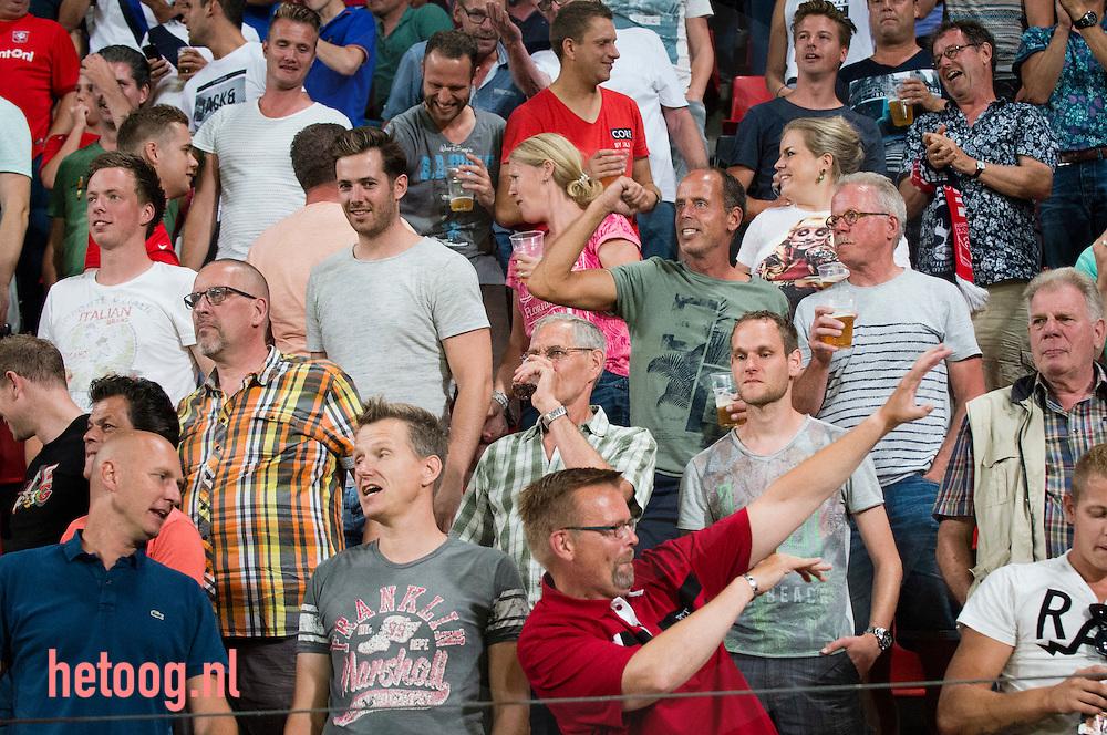 Nederland, Enschede GrolschVeste 27aug2016 Supporters van FCTwente hebben weer een beetje vertrouwen na een moeilijke periode.Derde wedstrijd knvb eredivisie 2016-2017 FCTwente-Sparta Rotterdam uitslag 3-1 Na 15 min. opende Hakim Ziyech de score en in de  36 min. voor debutant Yaw Yeboah de 2-0  Tien minuten na rust  een benutte penalty voor Sparta vrij snel daarna wederom Ziyech met zijn tweede goal van de avond voor de 3-1. foto: Cees Elzenga